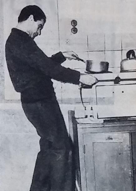 Giani en train de cuisiner dans son studio parisien
